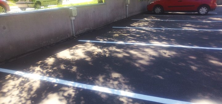 Näkyvä parkkipaikka