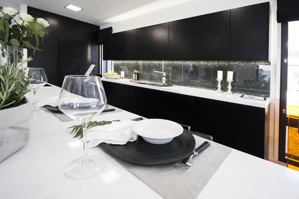tumma tyylikäs keittiö