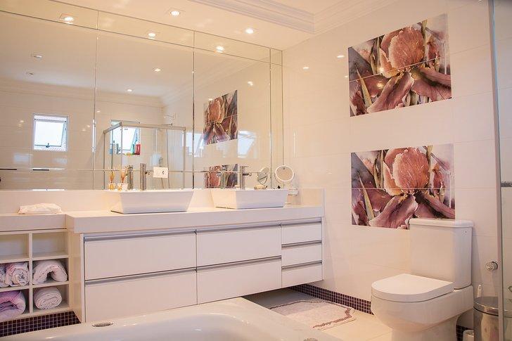 pastellin sävyinen kylpyhuone
