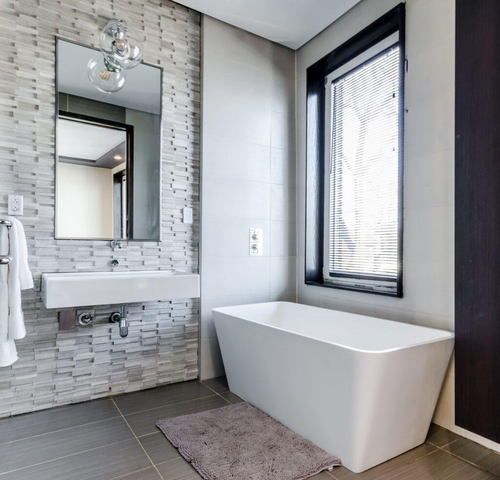 kylpyhuone harmaa laatat-min